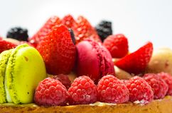 Torta fresca delle fragole e dei maccheroni dei lamponi Fotografie Stock Libere da Diritti