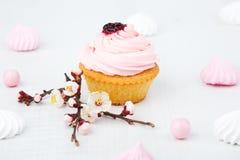 Torta fresca en el fondo blanco Fotos de archivo libres de regalías
