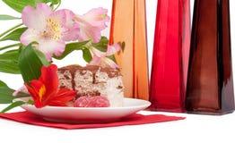 Torta fresca saporita con i fiori Fotografia Stock Libera da Diritti