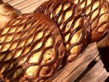 Torta fresca sulla tavola Prodotto della farina, pane con materiale da otturazione immagine stock