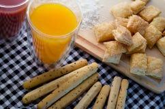 Torta friável na tabela de madeira com suco de laranja jpg Fotos de Stock Royalty Free