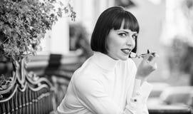 Torta gastr?noma deliciosa Morenita elegante atractiva de la mujer comer el fondo gastr?nomo de la terraza del caf? de la torta C imagen de archivo libre de regalías