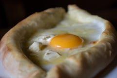 Torta georgiana del formaggio con l'uovo - khachapur adzharian Fotografie Stock Libere da Diritti
