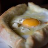 Torta georgiana del formaggio con l'uovo - khachapur adzharian Fotografia Stock Libera da Diritti