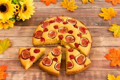 Torta, girasoles y Autumn Leaves Imágenes de archivo libres de regalías