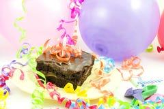 Torta, globos, cintas Fotos de archivo