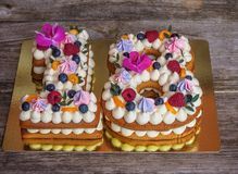 Torta hecha en casa bajo la forma de número dieciocho fotografía de archivo
