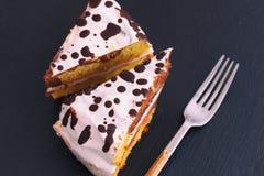 Torta hecha en casa con el desmoche blanco y oscuro del chocolate imagenes de archivo