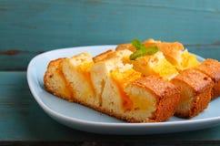 Torta hecha en casa con el mango Fotografía de archivo libre de regalías