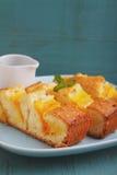 Torta hecha en casa con el mango Foto de archivo libre de regalías