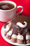 Torta hecha en casa con la decoración del pájaro en el mantel rojo para el fondo Imagen de archivo libre de regalías