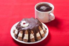 Torta hecha en casa con la decoración del pájaro en el mantel rojo para el fondo Foto de archivo