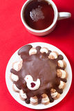 Torta hecha en casa con la decoración del pájaro en el mantel rojo para el fondo Imagen de archivo