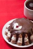 Torta hecha en casa con la decoración del pájaro en el mantel rojo para el fondo Imágenes de archivo libres de regalías