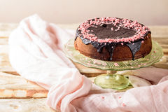 Torta hecha en casa con la formación de hielo del chocolate Fotografía de archivo libre de regalías