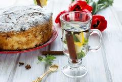 Torta hecha en casa con la fruta y el té fragante con el limón, canela imágenes de archivo libres de regalías
