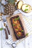 Torta hecha en casa con la piña y la piña fresca Invitación dulce del verano del desayuno Espacio libre para el texto Fondo de ma Imágenes de archivo libres de regalías