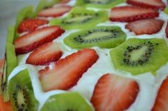 Torta hecha en casa con las fresas y el kiwi Fotos de archivo