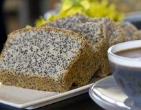 Torta hecha en casa con las semillas de amapola Imágenes de archivo libres de regalías