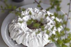 Torta hecha en casa con t? Torta con Sugar Icing Torta hecha en casa bajo la forma de anillo con las tazas de t? o de caf? en la  fotografía de archivo libre de regalías