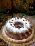 Torta hecha en casa de la Navidad con el arándano y marco de las decoraciones del árbol del Año Nuevo en fondo de madera de la ta Imágenes de archivo libres de regalías
