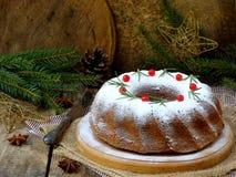 Torta hecha en casa de la Navidad con el arándano y marco de las decoraciones del árbol del Año Nuevo en fondo de madera de la ta Fotos de archivo libres de regalías