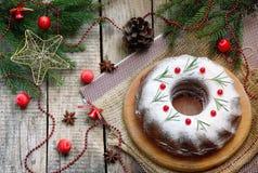 Torta hecha en casa de la Navidad con el arándano y marco de las decoraciones del árbol del Año Nuevo en fondo de madera de la ta Fotografía de archivo