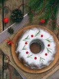 Torta hecha en casa de la Navidad con el arándano y marco de las decoraciones del árbol del Año Nuevo en fondo de madera de la ta Foto de archivo