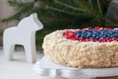 Torta hecha en casa de la Navidad con los arándanos y la granada en fondo de madera imágenes de archivo libres de regalías