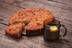 Torta hecha en casa de la nuez un árbol con té del limón Fotos de archivo