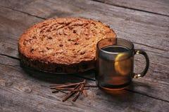 Torta hecha en casa de la nuez un árbol con té del limón Imagen de archivo libre de regalías