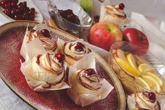 Torta hecha en casa de la rosa de la manzana Fotos de archivo libres de regalías