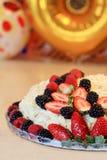 Torta hecha en casa de napoleon adornada con las bayas Imagen de archivo