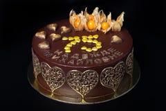 Torta hecha en casa del chocolate con la decoración y la inscripción de oro Imágenes de archivo libres de regalías