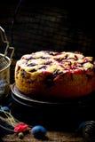 Torta hecha en casa del ciruelo fotos de archivo