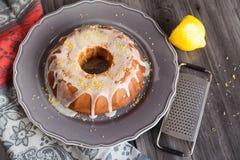 Torta hecha en casa del limón con la formación de hielo Imagenes de archivo