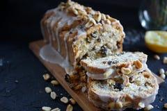 Torta hecha en casa del limón con las pasas, las nueces y helar de la vainilla Foto de archivo libre de regalías