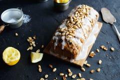 Torta hecha en casa del limón con las pasas, las nueces y helar de la vainilla Imágenes de archivo libres de regalías