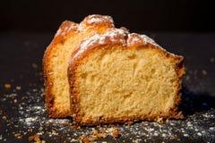 Torta hecha en casa del limón en el fondo oscuro, cierre para arriba imagenes de archivo