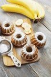 Torta hecha en casa del plátano con el azúcar en polvo Imagen de archivo