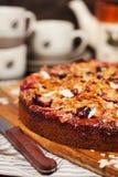 Torta hecha en casa deliciosa del ciruelo de la migaja fotos de archivo libres de regalías
