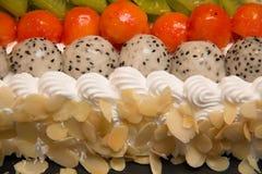 Torta hecha en casa fresca de la fruta en un mantel fotos de archivo
