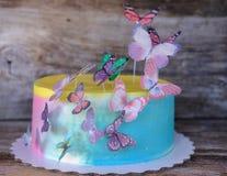 Torta hecha en casa hermosa con las mariposas Foto de archivo