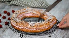 Torta hecha en casa París Brest de los pasteles de los choux con las frambuesas Pudín francés de la pasta de azúcar del chocolate almacen de metraje de vídeo