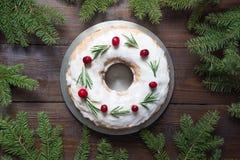 Torta hecha en casa tradicional de la Navidad con el arándano y el romero de la guarnición en la placa decorativa Visión superior imágenes de archivo libres de regalías