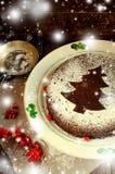Torta hecha en casa tradicional de la Navidad del chocolate asperjada con el polvo del azúcar, decoración del árbol del Año Nuevo Foto de archivo