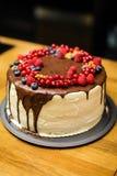 Torta hecha a mano con las bayas para el cumpleaños todo el mundo Fotos de archivo