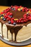 Torta hecha a mano con las bayas para el cumpleaños todo el mundo Foto de archivo
