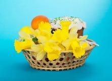 Torta, huevos y flores de Pascua en cesta foto de archivo