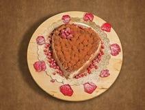 Torta italiana del tiramisu en la forma del corazón Imágenes de archivo libres de regalías